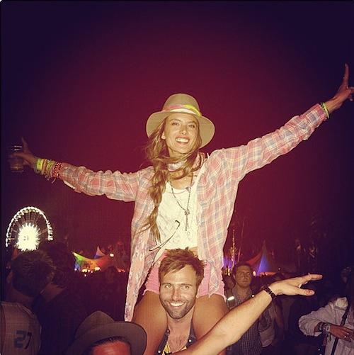 Alessandra-Ambrosio-got-Coachella-spirit-during-show