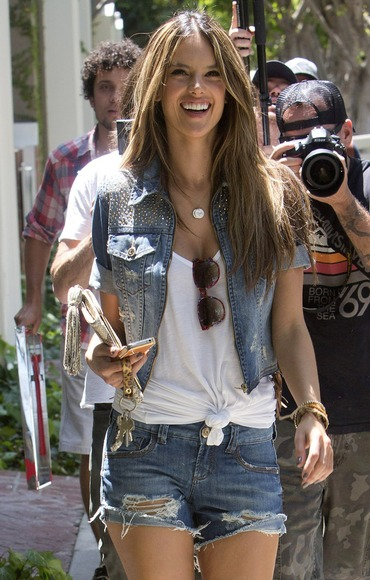 alessandra-ambrosio-knotted-white-tee