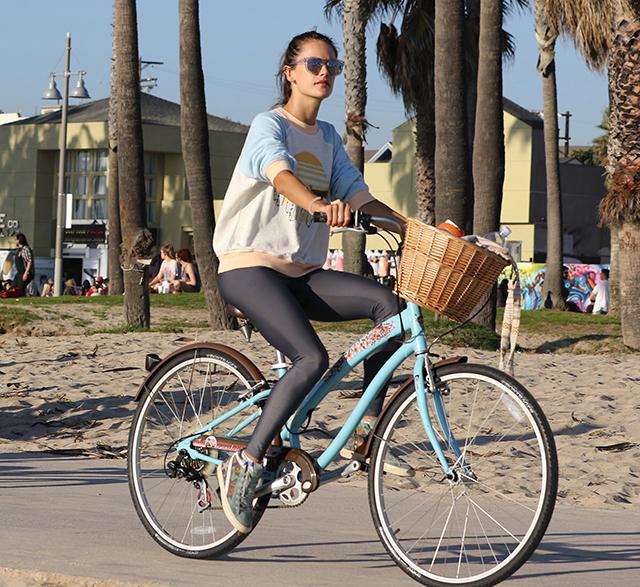 alessandra-ambrosio-workout-bicycling