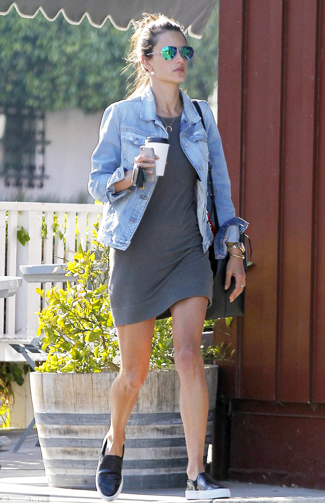 alessandra-ambrosio-t-shirt-dress-trend-03